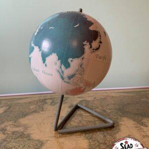 globe blanc avec socle triangle pivote original monde location décoration voyage landes aquitaine world