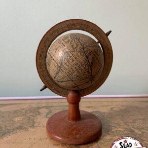 petit globe ancien pivote original monde location décoration voyage landes aquitaine world